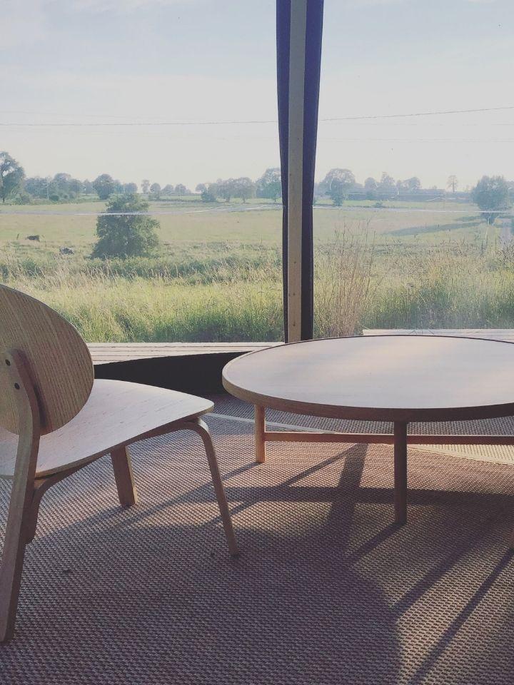 Intérieur table et chaise dôme transparent la canopée du mont